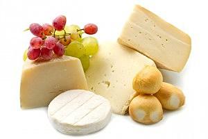 Cheese and grapes - lsantilli/ThinkStock